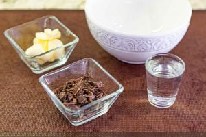 mezclar chocolate y mantequilla para bizcocho de pastel de mousse