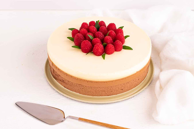 pastel con mousse de chocolate preparado y servido