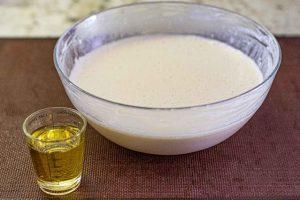 agregar aceite a masa de crepes con setas y mezclar