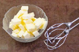 agregar mantequilla en un bol y batir para dulces con crema charlotte