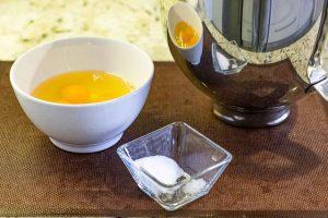 batir huevos con azucar para bizcocho genoves