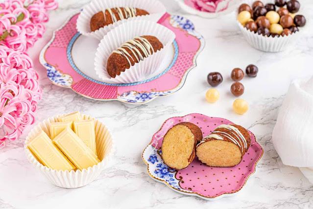 dulces con bizcocho genoves y crema charlotte preparados para servir