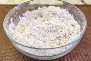 agregar harina y mezclar masa de bizcocho de zanahoria
