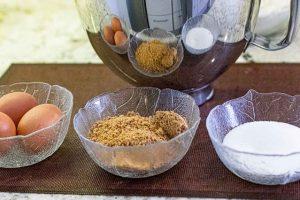 batir huevos para bizcocho de zanahoria