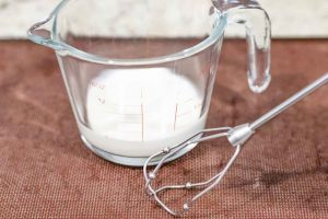 batir nata y agregar a mezcla de crema para pastel con cerezas