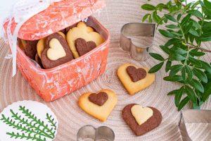 galletas de vainilla y chocolate en forma de corazon