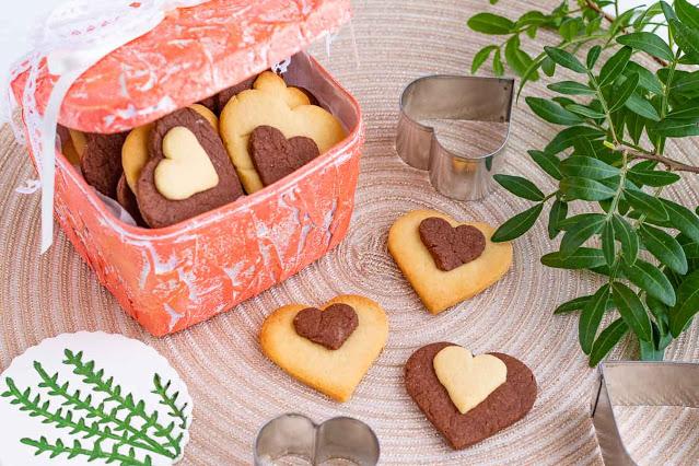 galletas de vainilla y chocolate en forma de corazon preparadas