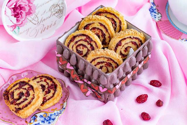 galletas en forma de caracola con arandanos y especias preparadas