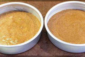 hornear bizcocho para pastel con cerezas