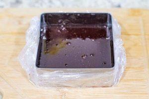 llenar molde con gelatina para pastel con cerezas