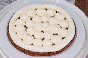 montar el pastel de cerezas con crema