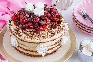 pastel casero con cerezas