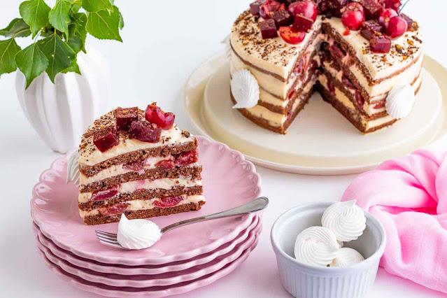 pastel con cerezas casero preparado para servir
