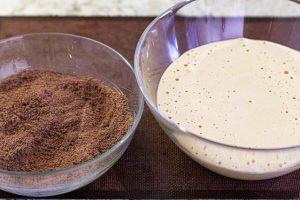 pastel con cerezas juntar mezclas con huevo y cacao