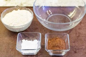 pastel con cerezas mezclar ingredientes en bol