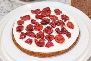 poner cerezas encima del pastel