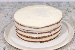 quitar crema sobrante del pastel de cerezas