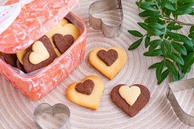receta de galletas de vainilla y chocolate en forma de corazon