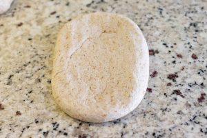 aplastar masa de pan para darle forma