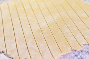 cortar masa de tarta de cerezas en tiras
