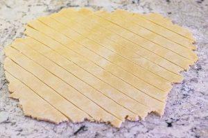 dar forma a masa para tarta de cerezas