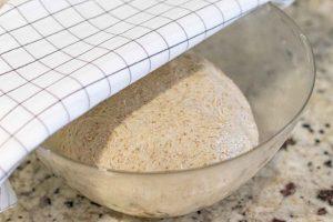tapar y dejar elevarse masa de pan casero