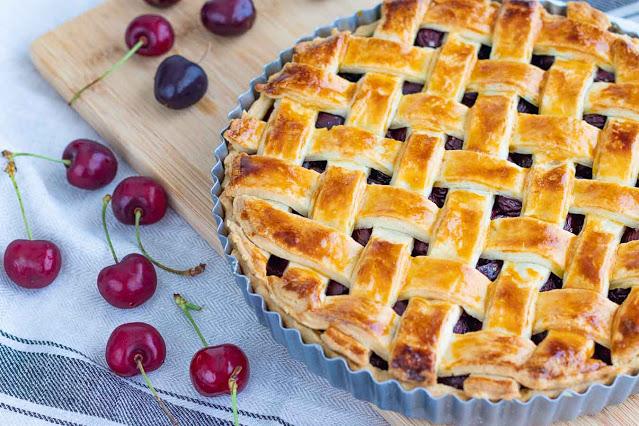 tarta casera de cerezas preparada
