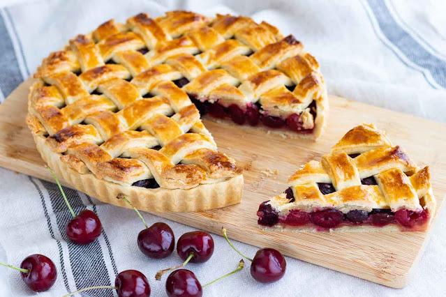tarta de cerezas con una porcion cortada