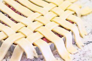 terminar de doblar tiras para tarta de cerezas