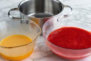 mezclar fresas trituradas y huevo