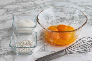 mezclar huevo y azucar en un bol