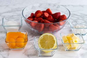 preparar ingredientes para crema de fresas